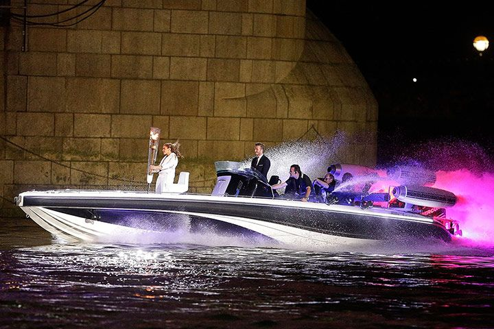 david-beckham-drives-speedboat-on-thames-carrying-olympic-torch-to-opening-ceremony-via-www.theguardianpost.co_.uk_